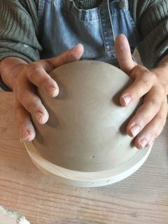 créer une demi-sphère en poterie par l'estampage