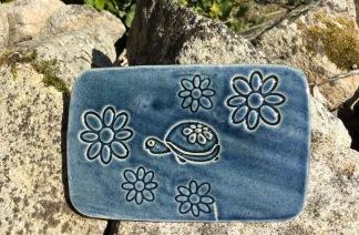 plaque décorative en céramique avec tortue et fleurs