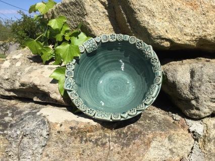 saladier en céramique bleu mer avec pastilles fleuries
