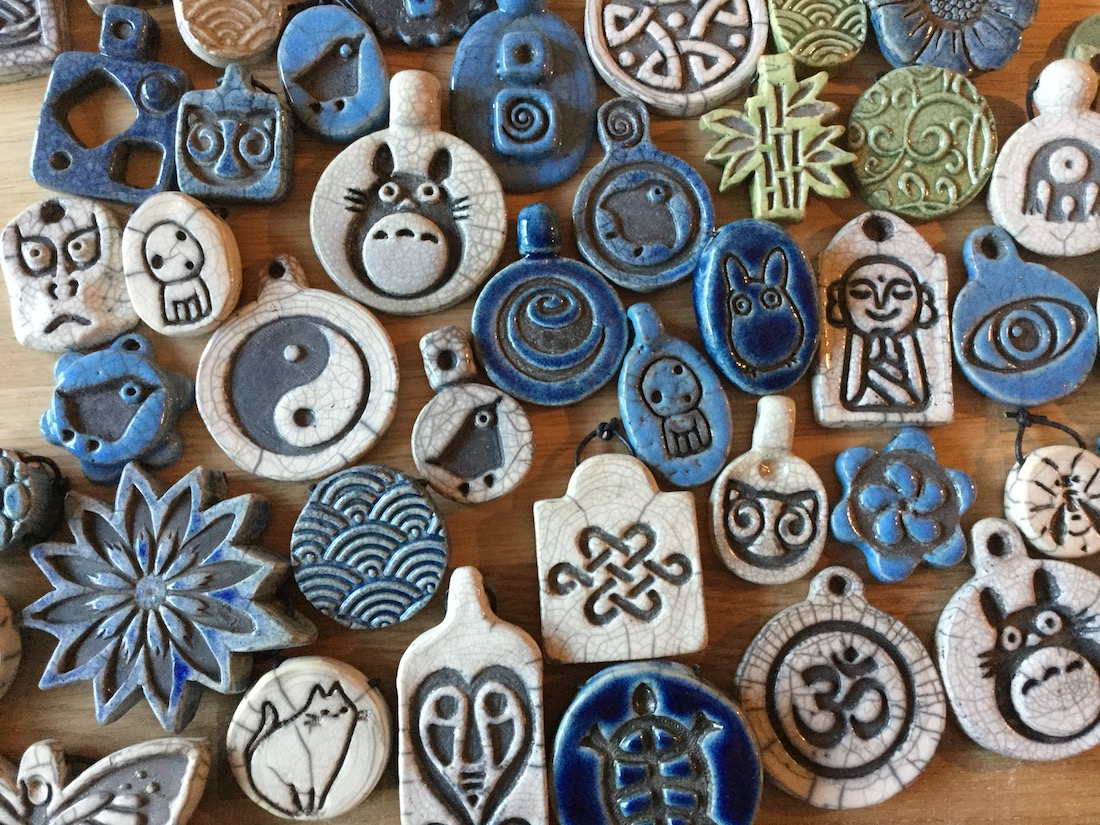 Bijoux et pendentifs en raku coloré
