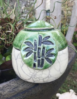 petite boite en raku vert avec motif bambou