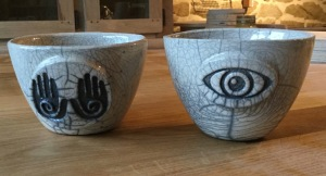 bol en raku avec motif mains et oeil