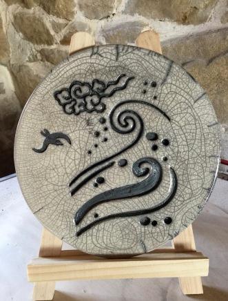 plaque décorative en raku avec les motifs de la mer, d'un nuage et de mouettes