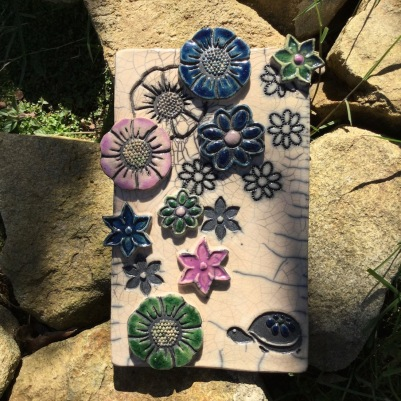 plaque décorative en raku avec tortue et fleurs