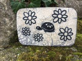 sous plat en raku avec motif tortue et fleurs