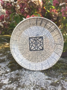 assiette en raku décoré d'une étoile
