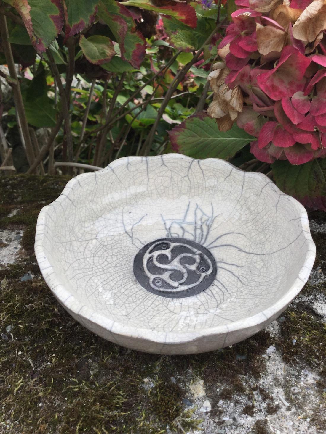 plat en raku décoré par une triskell oiseau