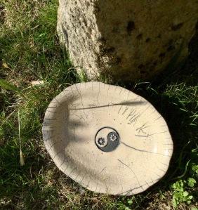plat en raku décoré yin et yang fleuri