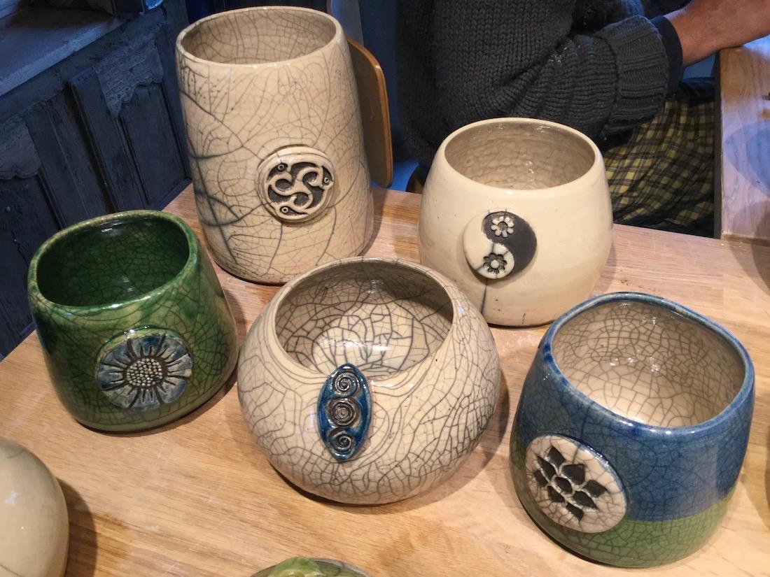 pots en raku coloré, bleu blanc et vert