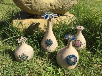 Vases sculptures en raku décor fleuri