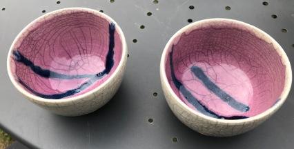 Bols raku roses avec traces bleues